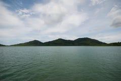 Havshimmelmoln och öar Royaltyfri Fotografi