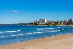 Havshoreline med hus för sandig strand och strand Arkivbilder