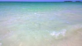 Havsikt av blå himmel och Stillahavs- crystal turkosvatten bredvid en tropisk ö med vit sand i pulverform Arkivbilder