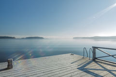 Havsikt från badningpir med en solstråle Royaltyfri Foto