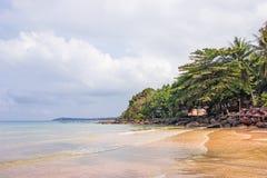 Havsikt från Haad Sai Daeng Beach, som har träbron för överföringsturister på den Koh Kood ön, Trat Thailand royaltyfri foto