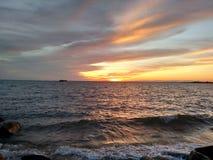 Havsikt, härlig solnedgång med lågvattenvågor Arkivfoton
