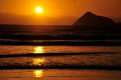 Havsikt med fantastisk himmelsolnedgång Arkivbild