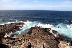 Havsikt - skyddsremsor som ligger på, vaggar Arkivfoto