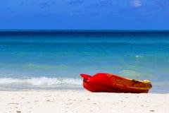 Havskajak på en strand i Caribbeansen royaltyfria foton