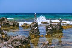 Havskiselstenar står högt på stranden Ibiza, Spanien royaltyfria foton