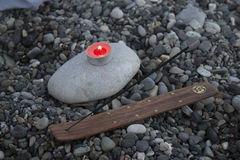 Havskiselstentornet på stranden på solnedgången, med stearinljus stänger sig upp Royaltyfria Bilder