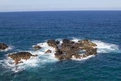 Havsklippa i Los Cancajos arkivbild