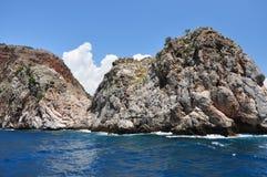 Havsklippa med en fästning fotografering för bildbyråer