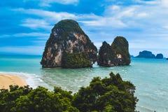 Havsklippor i Thailand arkivfoton