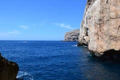 Havsklippor och ö, Sardinia Royaltyfri Fotografi