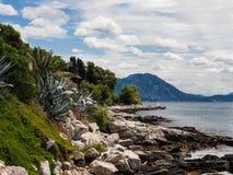 Havskust av den Hvar ön, Kroatien på solig sommardag arkivbilder