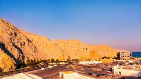 Havskust av golfen av Oman, en liten bosättning eller staden på kusten royaltyfri foto