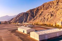 Havskust av golfen av Oman, en liten bosättning eller staden på kusten fotografering för bildbyråer