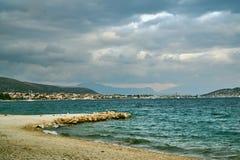 Havskust, berg och byggnader av den Trogir byn Arkivbilder