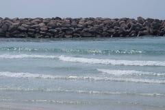 Havskusten med vågor och vaggar royaltyfria bilder
