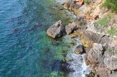 Havskusten vaggar Royaltyfri Foto