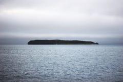 Havslandskap med den ensamma ön på horisont Japan hav i twiligh Royaltyfri Bild