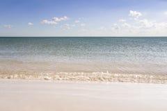 Havslandskap med den sandiga kusten Arkivfoto