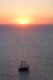 Havslandskap med en solnedgång av röd färg Arkivfoto