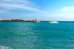 Havslandskap med förtöja och fartygen crimea yalta arkivbild