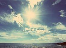Havslandskap med solen - retro stil för tappning Royaltyfri Foto