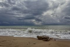 Havslandskap med vågor och dramatiska himlar arkivbilder
