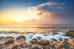 Havslandskap och den molniga himlen Arkivbilder