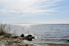 Havslandskap på solig dag, kusten, vågor och ingen Härlig horisont över vatten med sandig ett strand- och dyngräs i fören fotografering för bildbyråer