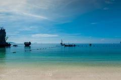 havslandskapet i blått färgar - traditionella thailändska fartyg Royaltyfri Bild