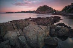 Havslandskapet - vaggar, vaggar, stenblock och himmel Arkivbilder