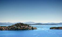 Havsliggande med öar och den gammala townen, Kroatien Arkivfoton