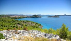 Havsliggande med öar och den gammala townen, Kroatien Arkivbild