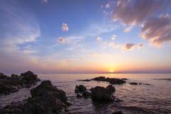 Havsliggande på solnedgången Fotografering för Bildbyråer