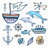 Havsliv skissar handen drog klotteruppsättningen Nautisk samling med skeppet, delfin, skal och annat Vektor i färg Arkivbild