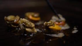 havsmat för kokkonst 4K Kockkock grilla musslor på grillade användande pinnar stock video