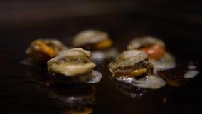 havsmat för kokkonst 4K Laga mat för kock grilla musslor på grillat i restaurang stock video