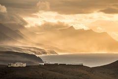 Havsolnedgånglandskap med bergig ljus atmosfär för kustlinje och för epos Arkivfoton