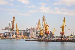 Havsport som lastar av ett skepp, behållare, last Arkivbilder