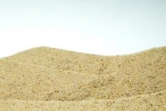 Havssand och kiselstenar på vit bakgrund Begreppet av vilar bästa sikt Arkivfoto