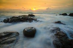 Havsscape med stenstranden på Phuket Thailand Royaltyfria Foton