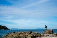 Havsscape och fiskemannen i Pattaya sätter på land Arkivfoton