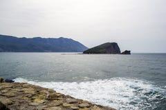 Havssikt från berget adriatic hav Ö i havet Det ` s om den otäcka dagen Montenegro Arkivfoton