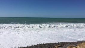Havssikt från den Cypern Paphos stranden med solig himmel medelhavet med små vågor bränning för sommar för stenar för strandkustc arkivfilmer