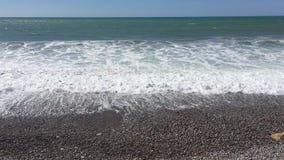 Havssikt från den Cypern Paphos stranden med solig himmel medelhavet med små vågor bränning för sommar för stenar för strandkustc stock video