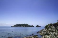 Havssikt från den steniga stranden på den tropiska ön Arkivbilder