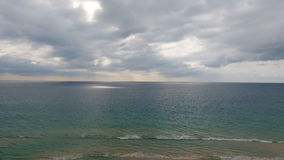 Havssikt från den tropiska stranden i Phuket stock video