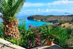 Havssikt från terrassblomman, Grekland Royaltyfria Bilder