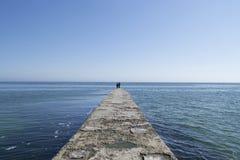 Havssikt i turkos och blåa signaler med en horisont och några moln i himlen Bilden togs från invallningen in royaltyfri bild