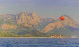 Havssikt med berg royaltyfri illustrationer